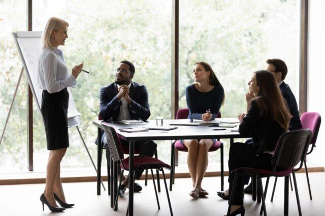 Como a boa relação dos funcionários influencia no sucesso de uma revendedora de carros? Foto/Reprodução: fizkes no iStock